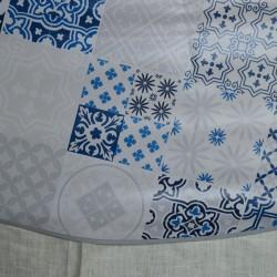 Toile cirée ronde 4 à 6 couverts aux carreaux de ciment bleus sur fond blanc avec un biais