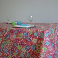 Nappe en toile enduite avec des fleurs graphiques colorées sur fond corail Bruna