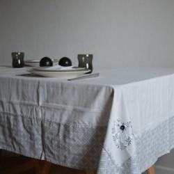 Nappe en 100% coton pour 8 personnes avec des broderies aux coins pour un aspect authentique