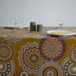 Nappe en tissu enduit ou toile enduite avec un motif mandalas très tendance et un coloris moutarde très actuel