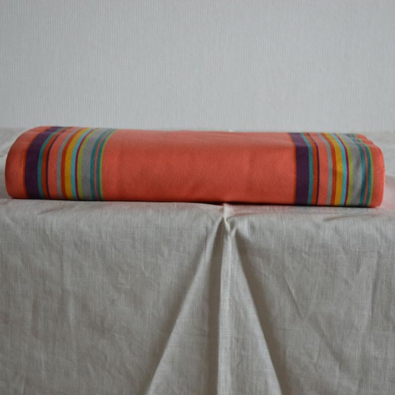 Toile à transat ou toile à chilienne avec des rayures colorées sur les bords