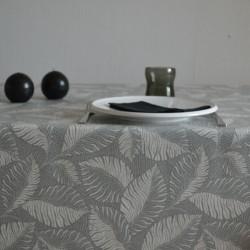 Toile de ramie enduite pour nappage avec un motif feuillage très actuel sur fond gris