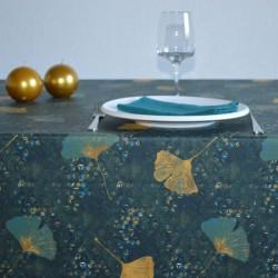 Toile ou tissu enduit pour nappage avec une envolée de feuilles sur votre table sur un fond bleu-vert