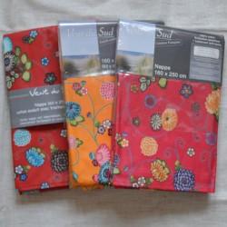 Nappe ourlée en toile ou tissu enduit avec des petites fleurs, existe en 3 coloris