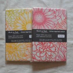 Nappe ourlée en toile ou tissu enduit avec des fleurs graphiques, existe en 2 coloris