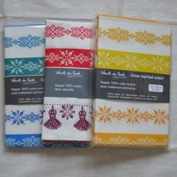 Nappe ourlée en toile ou tissu enduit avec des motifs géométriques, existe en 3 coloris