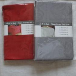 Nappe en jacquard polyester enduit, existe en 2 coloris : pavot et taupe