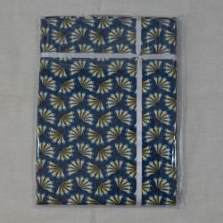 Nappe ourlée en toile ou tissu enduit avec un motif japonisant sur fond marine
