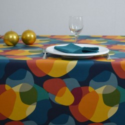 """Toile ou tissu enduit pour nappage, avec un motif à l'esprit """"sixties"""" très coloré  sur votre table"""