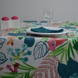 Nappe en 100 % coton enduite avec un motif floral très coloré sur un fond aspect lin