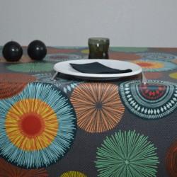 """Nappe en 100 % coton enduite avec un motif """"Artifice"""" très coloré sur fond anthracite"""